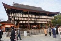 Lentera yang tergantung di Yasaka Shrine dan berjumlah ratusan
