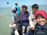 Saya diantara penumpang lain dalam perjalanan kembali ke Sumenep, berganti perahu kecil karena air laut surut