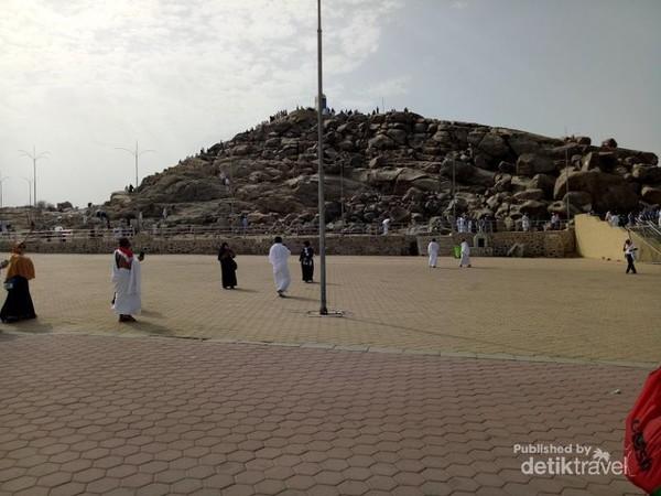 Jabal Rahmah terletak di area Padang Arafah.