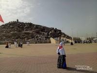 Terdapat tangga untuk naik ke Jabal Rahmah.