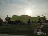 Patung budha tidur di Pulau Koyo