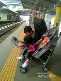 Membaca peta jalur MRT dengan Azka.