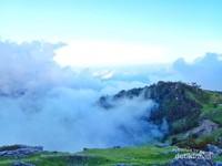 Pemandangan hamparan kabut yang menyelimuti perbukitan didesa ini.