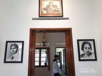 Ruang depan rumah ini berisi foto Soekarno dan Inggit
