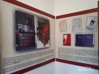 Foto meja baca yang digunakan Sokarno sejak kuliah