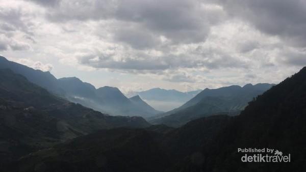 Bukit-bukit indah yang dapat dilihat dari atas