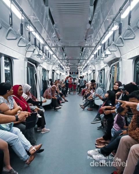 Bagian dalam MRT (Moda Raya Terpadu) salah satu Transportasi baru di Ibu Kota.