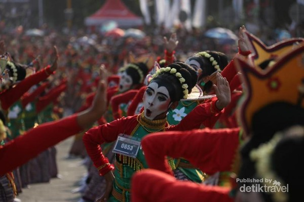 Aksi Penari Thengul dalam Bojonegoro Thengul International Folklore Festival (TIFF) 2019