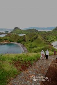Wisatawan sedang treking menuju Bukit Padar