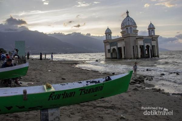 Sebuah perahu milik masyarakat yang bertuliskan Korban Tsunami terlihat terparkir di sekitar Masjid. Tak hanya keluarga, beberapa masyarakat juga kehilangan perahunya saat tragedi bencana tsunami terjadi.