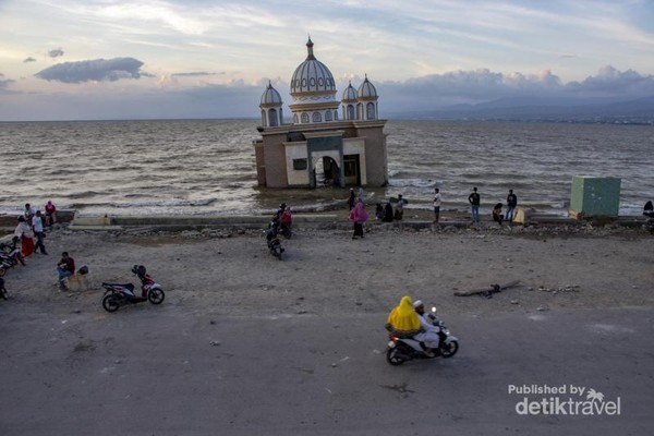 Terlihat dari atas suasana Pantai Lere yang kini di padati pengenjung Kota Palu. Masjid yang menjadi simbol keteguhan masyarakat Palu ini berdiri teguh meskipun tidak lagi berfungsi.