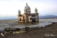 Reruntuhan sisa hantaman tsunami pun terlihat masih berserakan di bibir Pantai Lere. Masjid yang digeruh ombak itu berdiri dengan kokohnya meskipun sudah tidak lagi berfungsi.