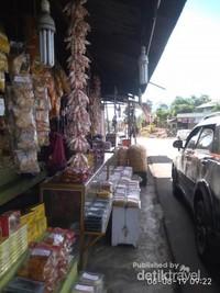 Pinggir jalan Kota Saree dipenuhi pedagang keripik