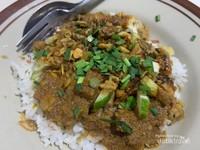 Taburan Daun Kucai dan Bumbu Kacang di Nasi Lengko