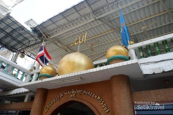 Tampak depan gerbang Haroon Mosque