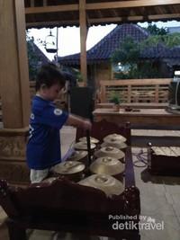 Si Kecil sangat penasaran dengan alat musik gamelan
