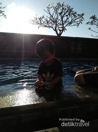 Berendam di kolam sambil bermain