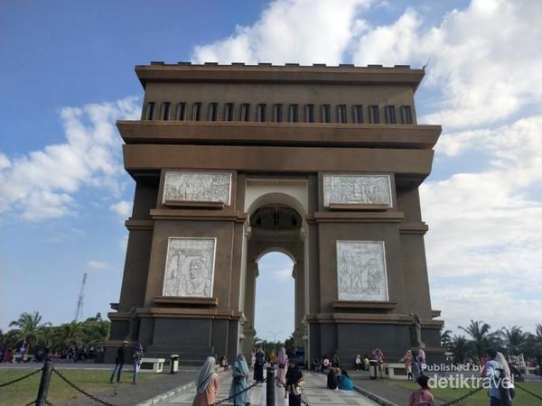 MONUMEN SIMPANG LIMA GUMUL. SERASA DI PARIS ATAU KEDIRI ?