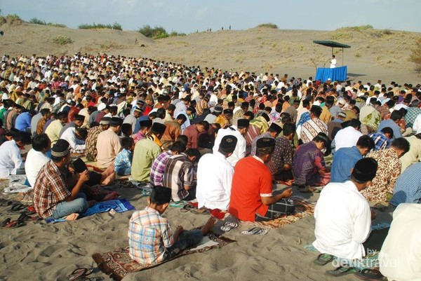 Meskipun panas, para jamaah tetap fokus mendengarkan khutbah.