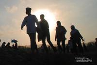Pagi sekali warga berbondong-bondong menuju gumuk pasir.