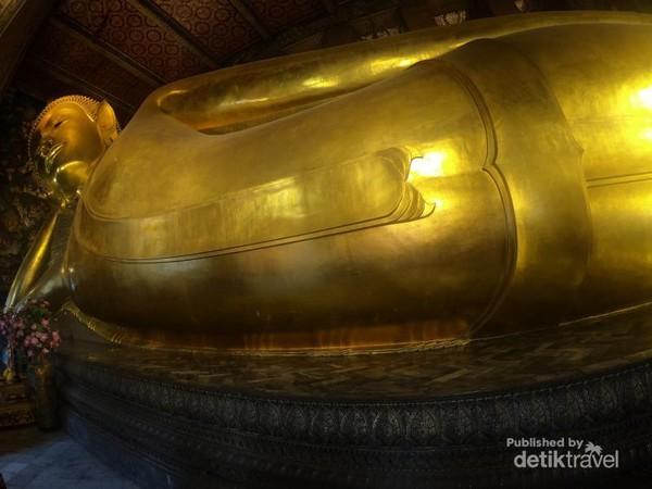 Patung Buddha berbaring yang menjadi icon Wat Pho