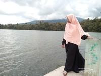 Danau Pauh dengan latar belakang Gunung Masurai