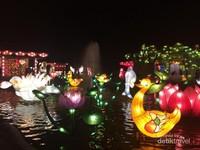 Lampion yang di pajang diatas kolam