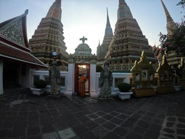 Bhiksu yang bisa dijumpai di kawasan Wat Pho