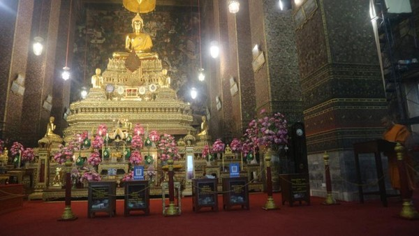 Patung Buddha dan meja persembahan di bagian depan ruang peribadatan