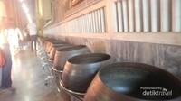 Deretan wadah tembaga untuk berdonasi di Wat Pho