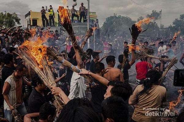 Persiapan dimulai ditandai dengan membakar bobok (seikat daun kelapa kering) dan diangkat keatas.