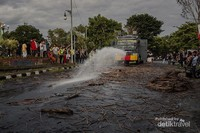 Mobil Water Canon dari pihak kepolisian membantu membersihkan arena Perang Api agar segera bisa digunakan kembali oleh pengguna jalan raya.