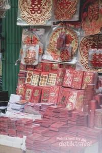 Nuansa Pasar Petak Sembilan terlihat semakin khas dari banyaknya penjual yang mengenakan pakaian berwarna merah, Penjual Kue Keranjang, Penjual amplop - amplop
