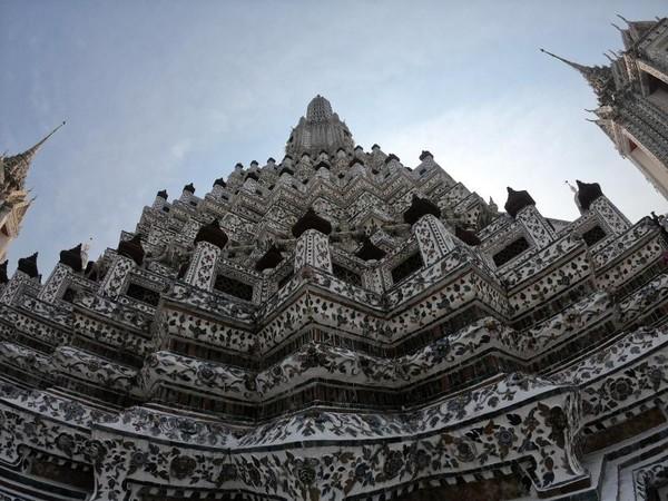 Ciri khas dari Wat Arun adalah adanya berbagai potongan keramik yang menghiasi dinding bangunannya