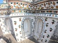 Terdapat ornamen Kinnorn dan Kinnaree, makhluk mitologi berwujud separuh burung dan manusia