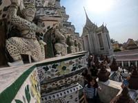 patung Marn Bak atau dewa setan yang menghiasi bangunan utama Wat Arun