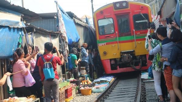 Train market Samut Songkhram yang terkenal di Thailand