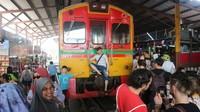 Sebelum kereta berangkat, banyak wisatawan yang berfoto di depan rangkaian kereta