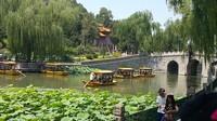 Pengunjung menikmati danau dengan perahu