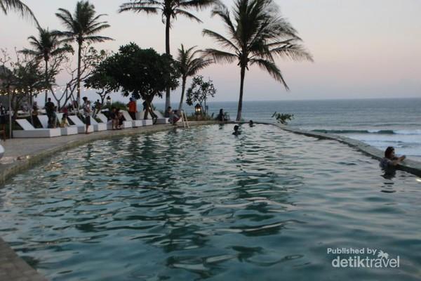 Kolam renang yang ada di penginapan ini menjadi daya tarik tersendiri , terlebih dengan pemandangan lautan di bagian belakangya.