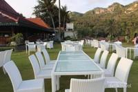 Bangku-bangku putih yang di tata di taman bisa digunaan pengunjung untuk menikmati sarapan atau hanya sekedar duduk-duduk di sore hari.