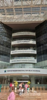 Gedung utama perpustakaan nasional yang megah.