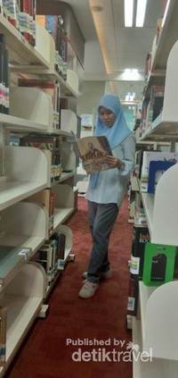 Buku-buku disusun dengan rapi dan tersedia ruang baca yang nyaman bagi pengunjung.