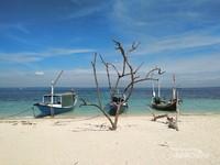 Perahu yang ditambat di Pantai Gili Labak.