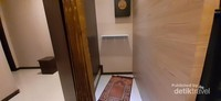 Ada ruang musholla yang nyaman lho traveller, walau hanya cukup untuk satu orang