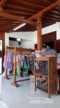 Selain ke museum batik , kurang lengkap rasanya jika tidak berburu batik . Selain di pasar Beringharjo dan Malioboro , wisatawan juga dapat mencari batik di toko-toko batik yang banyak terdapat di sekitar kota Yogyakarta.