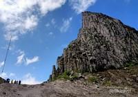 Puncak Sumbing di sisi barat kawah Gunung Kelud.