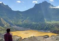 Kawah Gunung Kelud  berwarna coklat keemasan karena aktivitas vulkanik dan faktor cuaca.