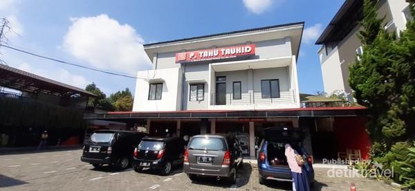 Tahu Tauhid berlokasi tidak jauh dari kawasan wisata De Ranch, Lembang