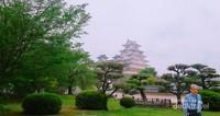 Himeji Castle dilihat dari taman-taman di sekelilingnya yang sangat luas.